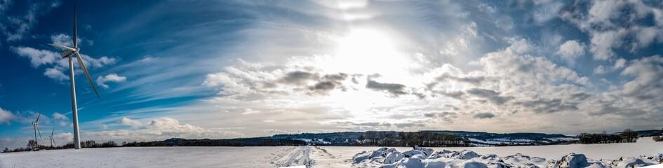 Panoramique d'un paysage en hiver avec de la neige sur fond de ciel bleu en Moselle