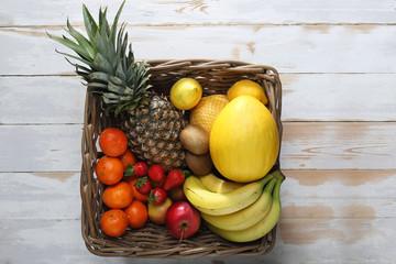 Obraz Kosz owoców. Wiklinowy kosz pełen kolorowych, zdrowych owoców. - fototapety do salonu