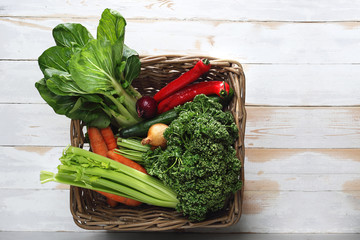 Obraz Zielone warzywa. Kosz pełen świeżych zdrowych warzyw. - fototapety do salonu