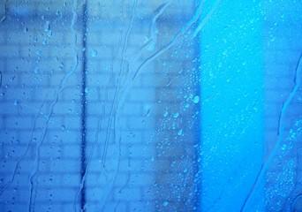 Wasser fließt an Scheibe herab