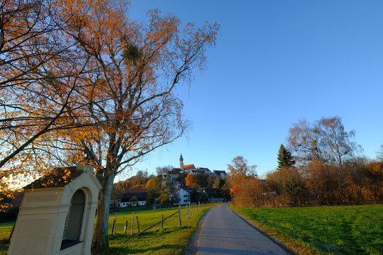 Pilgerpfad zum Kloster Andechs im Herbst, Bayern