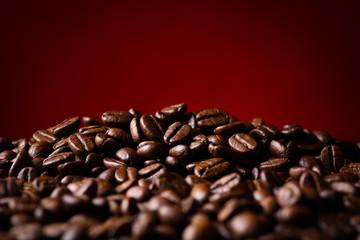 赤背景にコーヒー豆のアップ