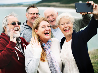 Group of happy seniors taking a selfie Fototapete