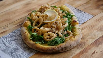 Pizza italiana su tavolo in legno