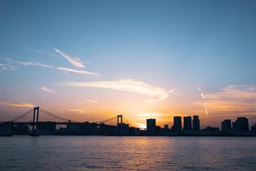 (東京都ー都市風景)夕焼け空に包まれるレインボーブリッジ1