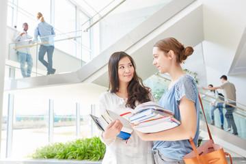 Zwei junge Frauen im Studium