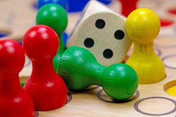 Würfelspiel, Spielfiguren und Würfel aus Holz