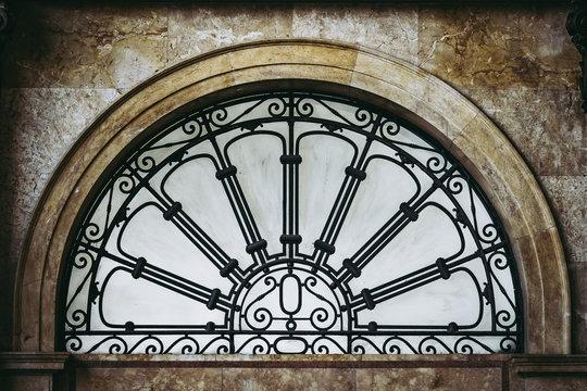 Fenêtre verrière en forme d'arc décorée