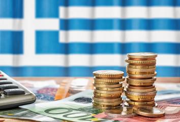 Fotomurales - Geldscheine und Münzen vor der Nationalflagge Greichenlands