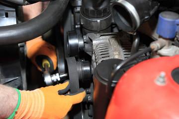 Zakładanie paska klinowego na koło alternatora.