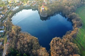 idyllischer See in Herzform