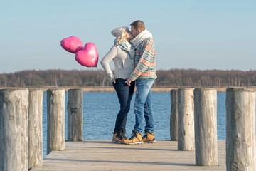 frisch verliebtes Paar mit Luftballoons