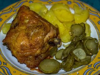 Fototapeta tradycyjny obiad z ziemniakami mięsem i surówką obraz