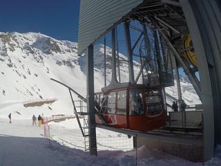 Téléphérique de l'aiguille rouge dans les alpes françaises par un temps ensoleillé