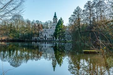 Blick über den Schloss See zur Ruine von Schloss Dammsmühle in Wandlitz Brandenburg
