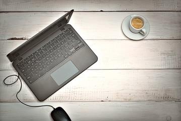 Vista superior de escritorio rústico blanco con computadora portátil y artículos relacionados con el trabajo, café y cámara de fotos