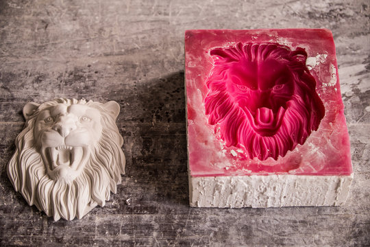 Plaster workshop. Separates the silicone mold from the plaster sculpture of the lion's head.