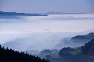 Foto op Plexiglas Heuvel Nebel überm flachland