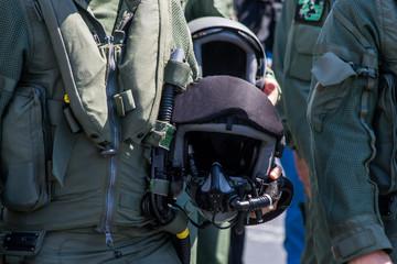 Pilota militare con casco