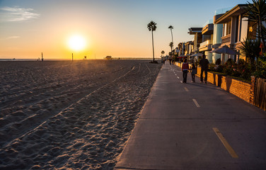 Walking pedestriam and cycle path on Newport beach in southern California Fototapete