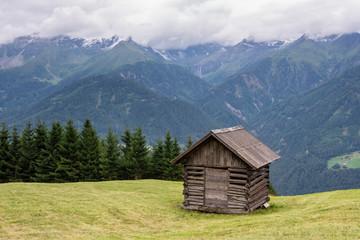 Berghütte im Bergpanorama in den österreichischen Alpen bei Serfaus, Fiss und Ladis bei schönstem Wetter