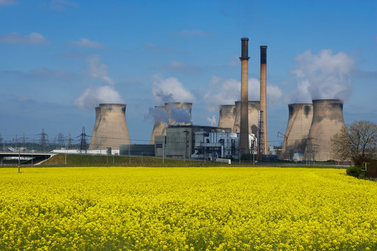 FERRYBRIDGE POWER STATION AND M62 MOTORWAY NEXT TO FIELD OF RAPESEED, ENGLAND, UK