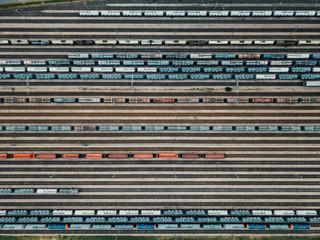 Güterzüge auf Gleisen in Güterzug Bahnhof von oben aus Vogelperspektive
