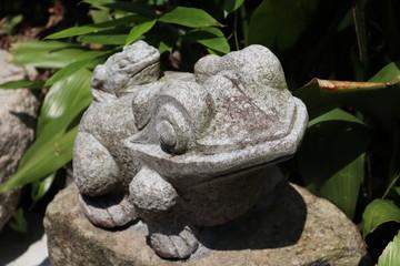 カエルの彫刻