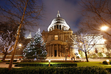 Wall Mural - Night view of St Paul's Cathedral with Christmas decoration