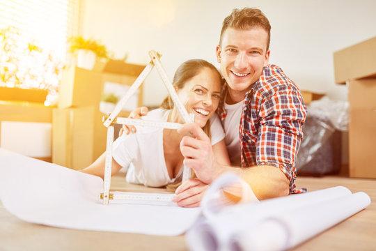 Paar plant Eigenheim als neues Zuhause