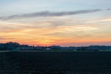 Sonnenuntergang über Feldern. Standort: Deutschland, Nordrhein-Westfalen, Borken