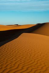 rötliche, grosse Sanddünen in Marokko, Spiel von Licht und Schatten