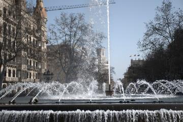 Fuente en una avenida de la ciudad de Barcelona