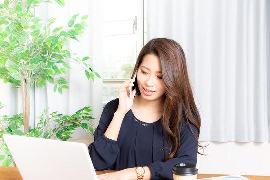 電話しながら仕事する女性