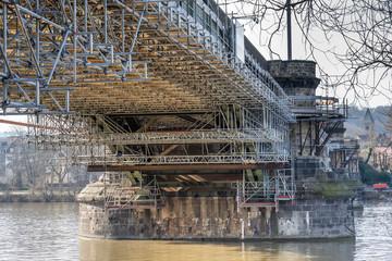 Baugerüst an Brücke