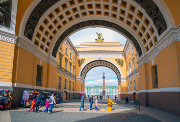 Saint-Petersburg. View through the arc de Triomphe of the General Staff of the Palace square and the Winter Palace .