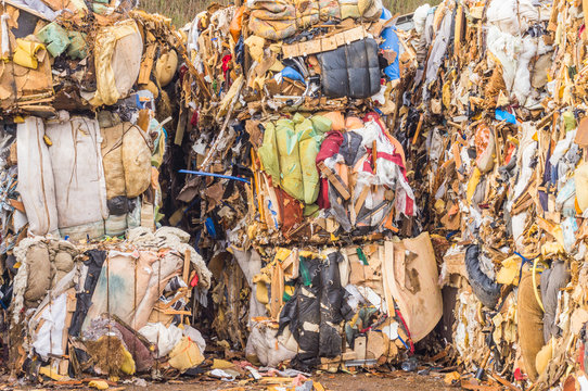 Recycling gepresste Ballen aus Altmaterial - Recycling pressed bales from scrap material