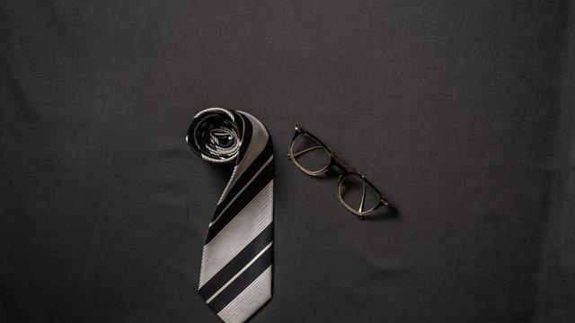 ネクタイとメガネ