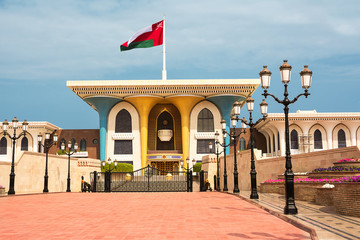 Keuken foto achterwand Tunesië Sultan Qaboos Palace in Muscat with flag in the wind