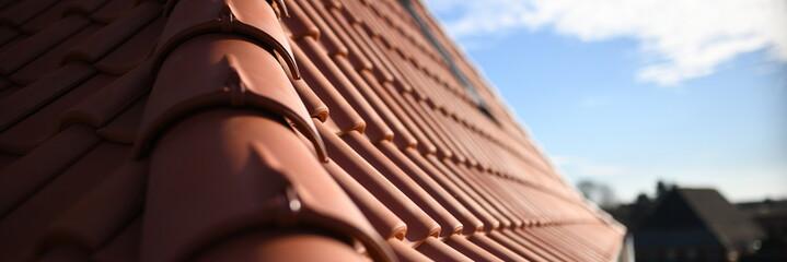 Obraz Dachdecker Handwerk liefert Ziegeldach Haus. Dachdecken in roter Dachziegel Tradition. Ton Ziegel Textur Banner - fototapety do salonu
