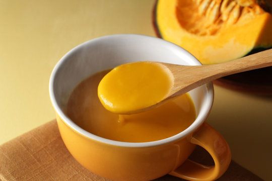ほんわか湯気の立つかぼちゃのポタージュスープ