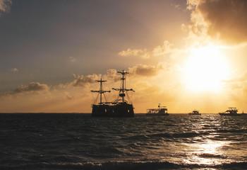 Türaufkleber Schiff Sunset and old boad