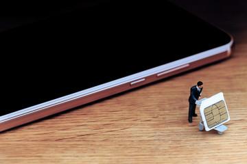 スマートフォンから取り出したSDカードとビジネスマン