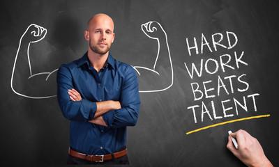 """erfolgreicher Junger Mann und Nachricht """"Hard work beats talent"""""""