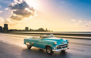 Recess Fitting Vintage cars Amerikanischer mint blauer Cabriolet Oldtimer auf dem berühmten Malecon im Sonnenuntergang in Havanna Kuba - Serie Kuba Reportage