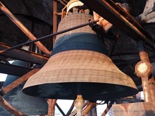 serie di campane di bronzo su un campanile di chiesa