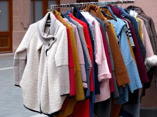 Kleiderständer mit dicken Jacken für den Winter in allen Farben vor einem Modegeschäft in der Altstadt von Frankfurt am Main in Hessen