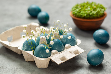 Wielkanoc - jaja barwione czerwoną kapustą