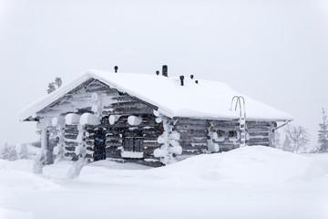 zugeschneites Blockhaus