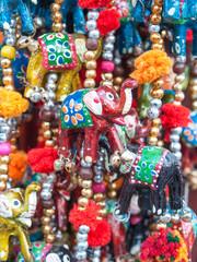 brauner Elefant, elefanten, 7 elefanten, glücksbringer, talisman, elefantenkette, elefant, glück, wohlstand, bunt, farbig, basar, dekoration, Glöckchen,